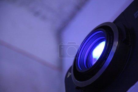 Photo pour Lentille de projecteur avec faisceau de lumière activ - image libre de droit