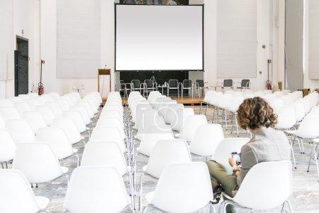 Photo pour Salle de conférence équipée d'écrans et projecteur - image libre de droit