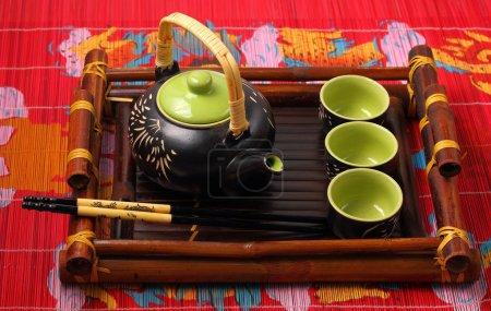 Photo pour Set de thé asiatique servi sur un plateau en bambou - image libre de droit