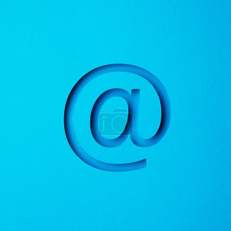 Photo pour Email signe dans l'air sur fond bleu - image libre de droit