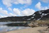 Hegyek-tó és a kék ég néhány felhők