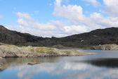 Hory jezera a modrá obloha s přívalovými srážkami
