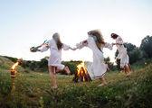 Dívky v ukrajinské národní košile tanec kolem ohně