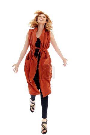 Photo pour Heureuse femme moderne naturelle en plein jour. Femme sautante avec expression de joie. Belle femme avec copyspace . - image libre de droit