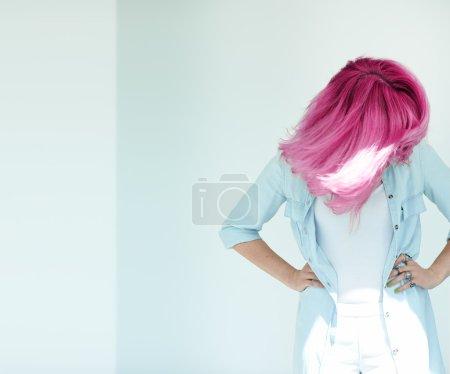 Photo pour Prise de vue en mouvement des cheveux de femme. Cheveux teints à la lumière du jour concept. Belle femme avec copyspace . - image libre de droit