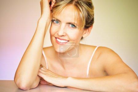Photo pour Femme d'ans quarante belle posant dans des couleurs chaudes environnement. - image libre de droit