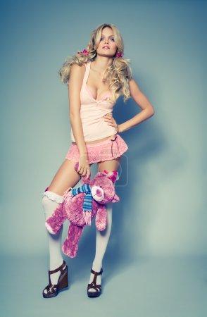 Photo pour Modèle de mode avec ours en peluche. Effet de couleur croisé. La conception du jouet est modifiée . - image libre de droit