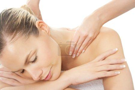 Photo pour Femme en les obtenant épaules spa massage. Concept de relaxation sur fond blanc. - image libre de droit