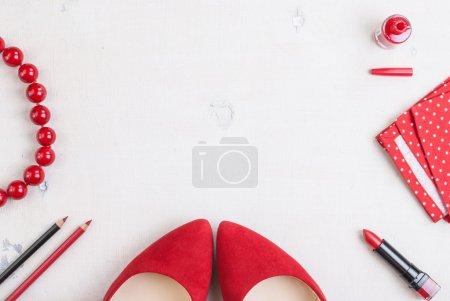 Photo pour Nature morte de la femme de mode. Fond cosmétique féminin. Frais généraux des objets essentiels de la mode femme - image libre de droit