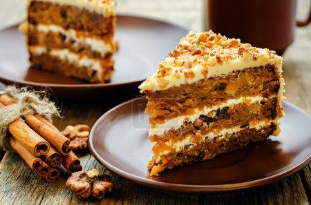 Photo pour Gâteau aux carottes aux noix, pruneaux et abricots secs sur fond de bois foncé. teinte. focus sélectif - image libre de droit