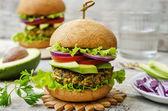 Pikantní veganské kari karbanátky s jáhly, cizrnu a byliny