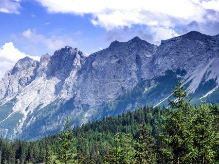 Foto de Paisaje alpino: la vista sobre el valle verde, las montañas y el cielo en los Alpes austriacos - Imagen libre de derechos