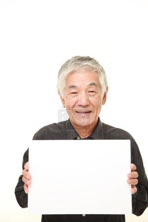 Photo pour Plan studio de l'homme japonais senior en chemises noires sur fond blanc - image libre de droit