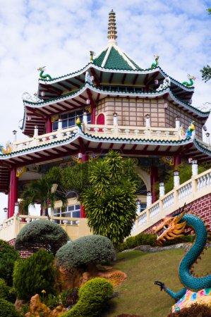Photo pour Beau temple chinois sur ciel bleu . - image libre de droit