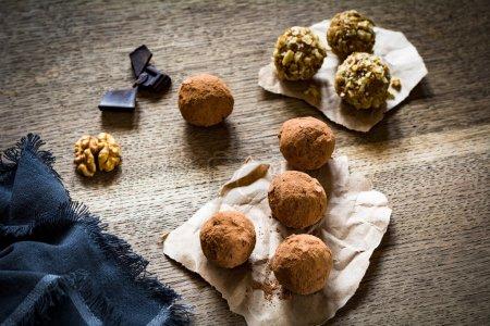 Photo pour Boules de chocolat sains (truffes) sur fond en bois, vue de dessus - image libre de droit