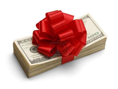 Photo pour Bonus de Noël pile de trésorerie avec arc rouge isolé sur fond blanc . - image libre de droit