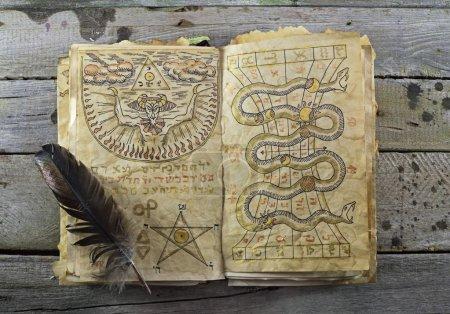 Photo pour Livre magique sur les planches de bois 1, halloween nature morte - image libre de droit