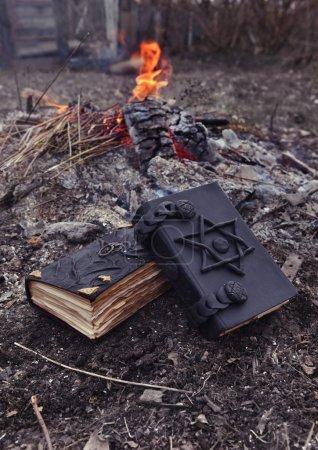 Photo pour Livres de magie noire avec pentacle sur la cendre - image libre de droit