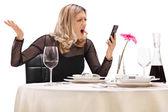 Žena čte zprávy na telefonu