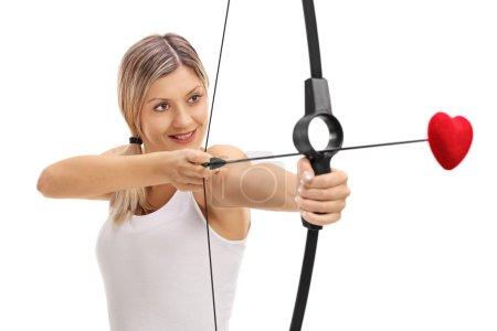 Photo pour Jeune fille visant avec un arc et une flèche d'amour isolé sur fond blanc - image libre de droit