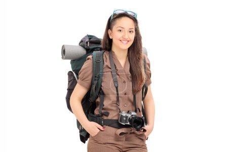 Photo pour Voyageuse avec équipement de randonnée posant isolée sur fond blanc - image libre de droit