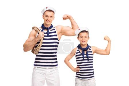 Mann und Kind zeigen Bizeps