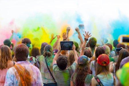 Photo pour Les gens célèbrent le festival de holi de couleurs. - image libre de droit