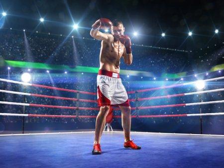 Photo pour Le boxeur professionnel est debout sur la grande arène - image libre de droit
