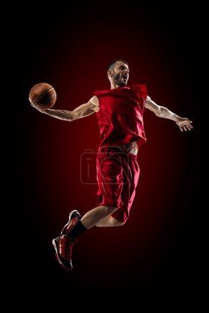 Photo pour L'isolement sur le joueur noir de basket-ball dans l'action vole haut - image libre de droit
