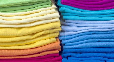 Photo pour Pile de vêtements pliés brillants.t-shirts - image libre de droit