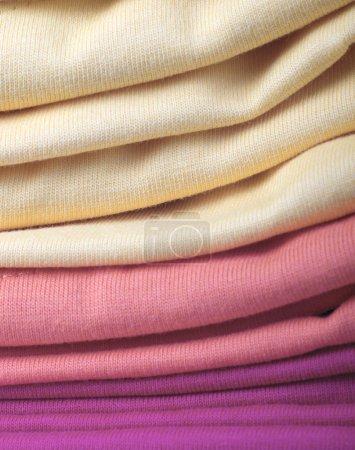 Foto de Pila de camisas de clothes.t doblados - Imagen libre de derechos