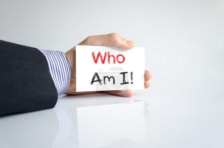 Photo pour Qui suis-je concept texte isolé sur fond blanc - image libre de droit