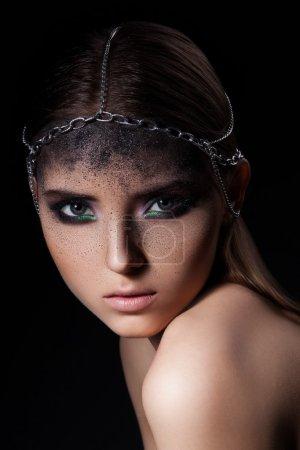 Photo pour Portrait de mode de jeune femme au maquillage sombre et poussiéreux et accessoire de tête de chaînes - image libre de droit