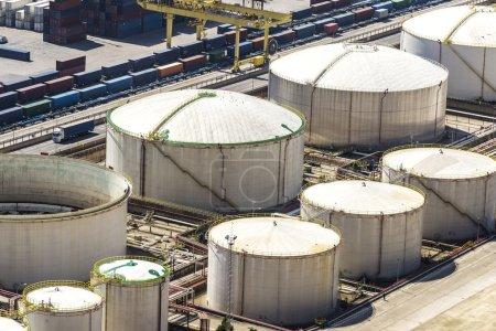 Photo pour Réservoirs de gaz et de carburant au port de Barcelone, Catalogne, Espagne - image libre de droit