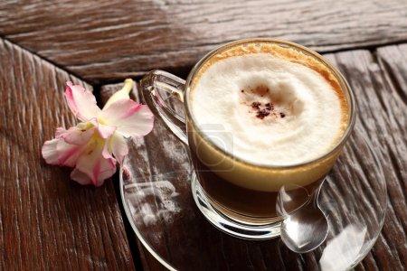 Photo pour Une tasse de latte chaud café au jardin - image libre de droit