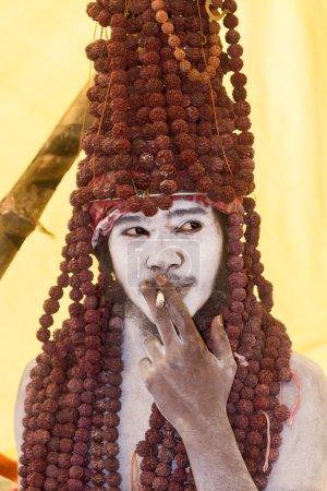 Photo pour VARANASI, INDE - 18 février - Une naga décorative bouffonne sur une cigarette à Varanasi . - image libre de droit