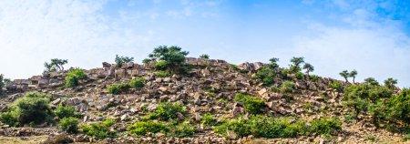 Photo pour La colline sacrée de Govardhana à Vrindavan, Inde du Nord - image libre de droit