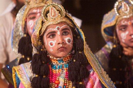 Photo pour VRINDAVAN, INDE - 18 AOÛT - Un jeune acteur interprétant un drame rasa-lila traditionnel jouant les passe-temps du dieu hindou Krishna . - image libre de droit