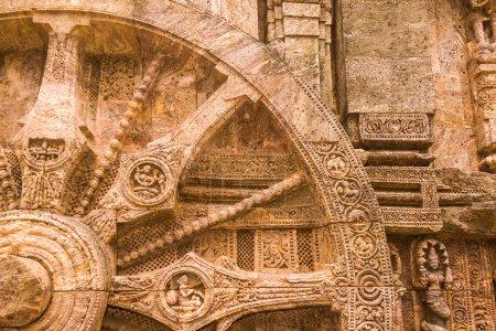 Photo pour Une roue de char sculptée dans le mur du temple solaire à Konark, en Inde . - image libre de droit