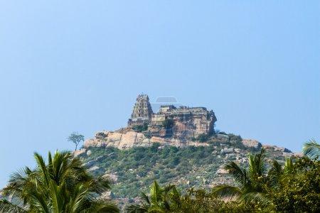 Photo pour Ancien temple de Melkote dans le sud de l'Inde. Accueil à une divinité de Narasimha . - image libre de droit