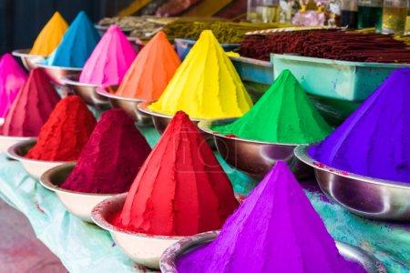 Photo pour Bols de vibrants couleurs colorants en Inde - couleurs holi. - image libre de droit