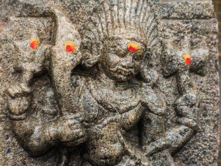 Photo pour Un dieu sculpté sur un pilier de pierre au temple de Shiva à Nanjangud, Inde du Sud . - image libre de droit