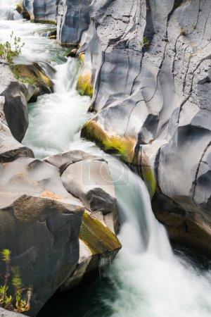 Photo pour Vue sur la célèbre rivière Alcantara, en Sicile, avec ses formations laviques caractéristiques - image libre de droit