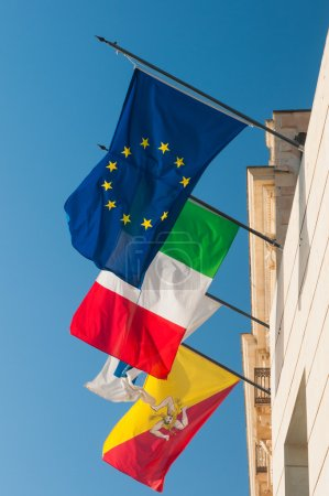 Photo pour Flags of Europe, Italy and Sicily waving all together in a balcony in Syracuse - image libre de droit
