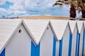 Plážové chatky na pobřeží