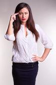 Pěkná kancelář žena v bílé košili