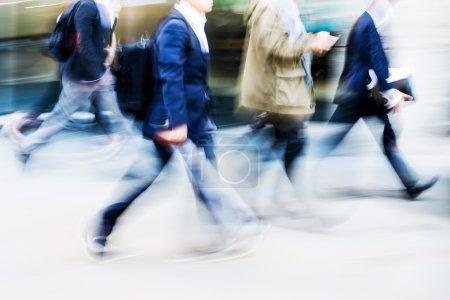 Photo pour Image en mouvement flou des navetteurs à pied à l'heure de pointe - image libre de droit