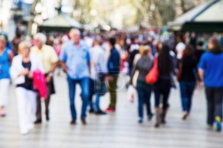 Photo pour Foule de personnes hors foyer sur une promenade pédestre - image libre de droit