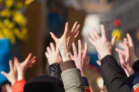 Photo pour Foule de gens, levant leurs mains - image libre de droit