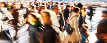 Photo pour Foule de gens dans la ville avec effet de zoom créatif - image libre de droit